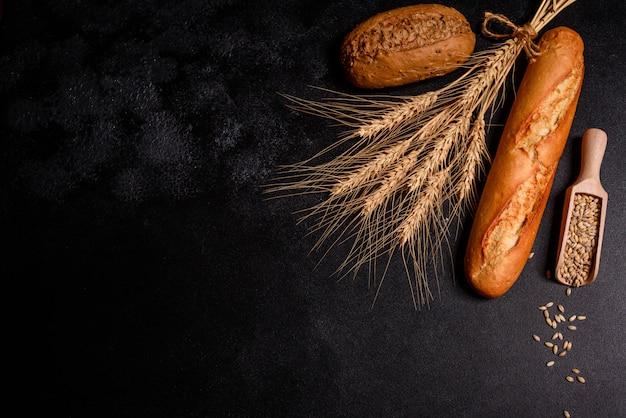 Świeży pachnący chleb z ziarnami i szyszkami