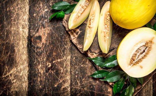 Świeży, pachnący melon. na drewnianym tle.