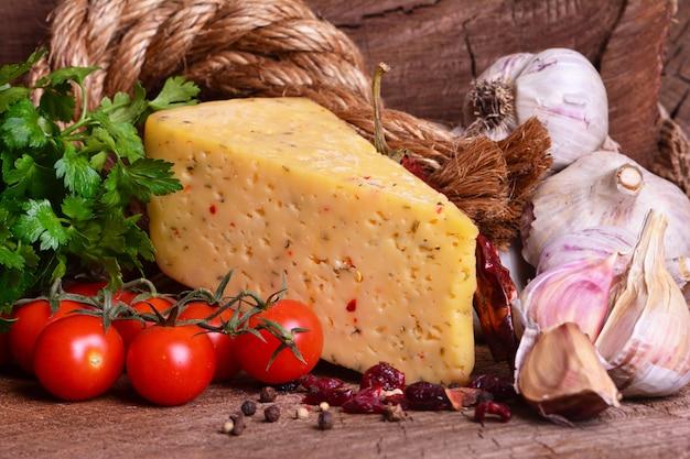 Świeży pachnący ser z przyprawami