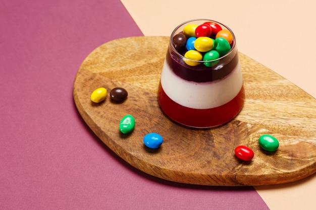Świeży panna cotta słodki deser w szkle.