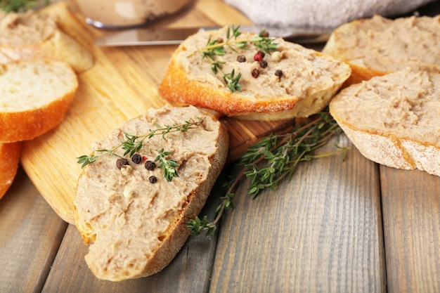 Świeży pasztet z chlebem na drewnianym stole