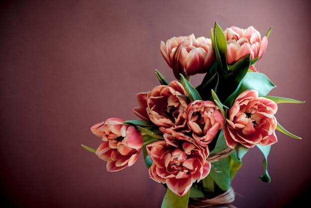 Świeży piękny różowy purpurowy tulipanowy bukiet. kartka wielkanocna.