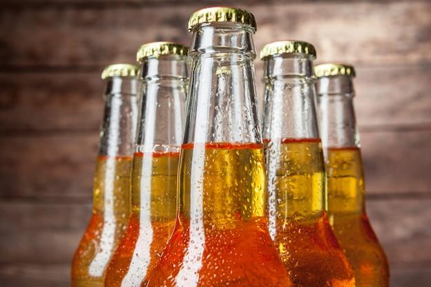 Świeży piwo w szklanych butelkach na drewnianym