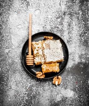 Świeży plaster miodu z orzechów włoskich.