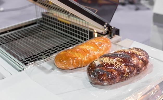 Świeży pokrojony chleb i bułka w piekarni