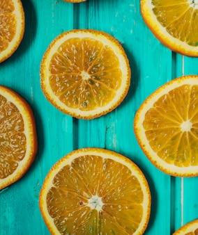 Świeży pomarańczowy mandarynka na błękitny drewnianym