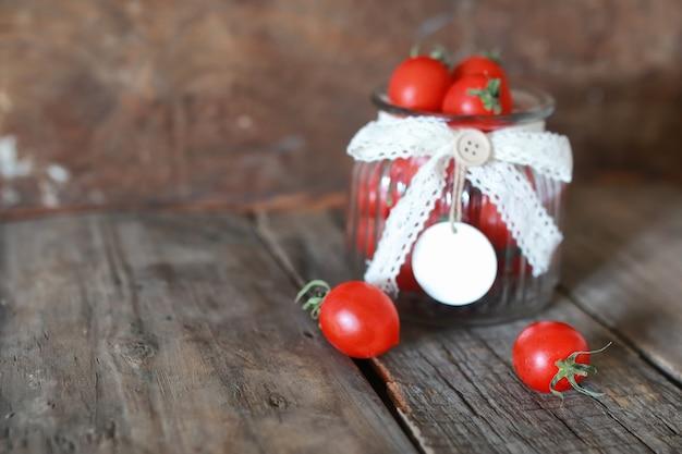 Świeży pomidor cherry w szklanym słoiku