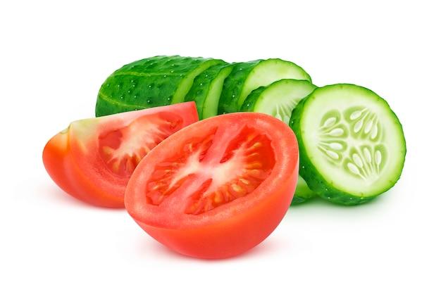 Świeży pomidor i pokrojony ogórek odizolowywający