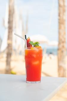Świeży poncz owocowy z plażą morską w tle