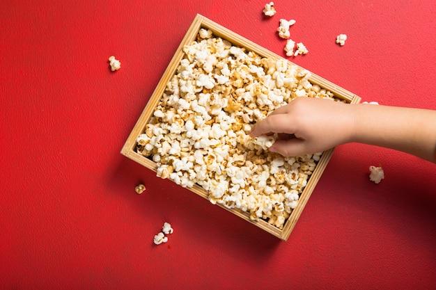 Świeży popcorn wylał się z pudełka na czerwono