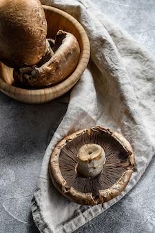 Świeży portobello. grzyby leśne szare tło. widok z góry