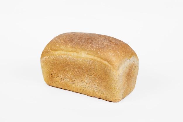 Świeży produkt piekarniczy. chleb. biały jednolity chleb pszeniczny na białym tle. widok z góry i kopiowanie miejsca na tekst.