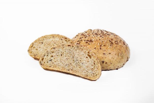 Świeży produkt piekarniczy. chleb. sezamowi beznasienni drożdże odizolowywający na białym tle. widok z góry i kopiowanie miejsca na tekst.