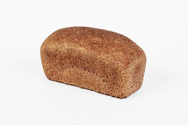 Świeży produkt piekarniczy. chleb. żyto chleb odizolowywający na białym tle. widok z góry i kopiowanie miejsca na tekst.