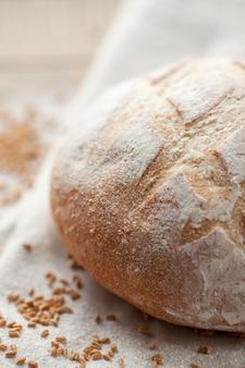 Świeży przaśny chleb.