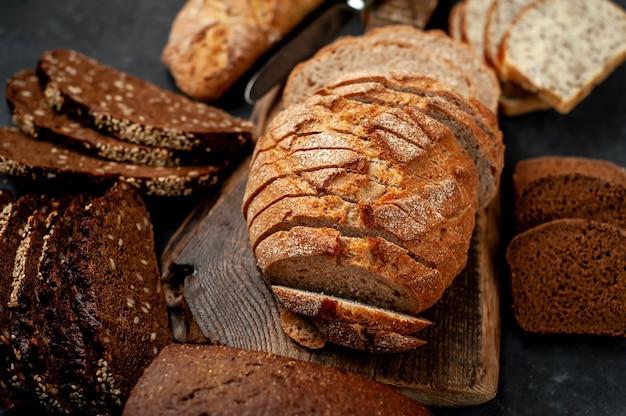 Świeży, pyszny domowy chleb z nasionami