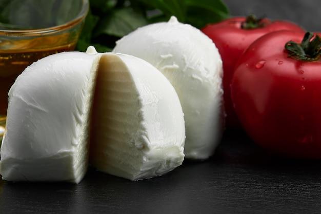 Świeży ręcznie robiony miękki włoski ser z kampanii, białe kulki sera buffalo mozzarella z mleka krowiego gotowe do spożycia z bliska.
