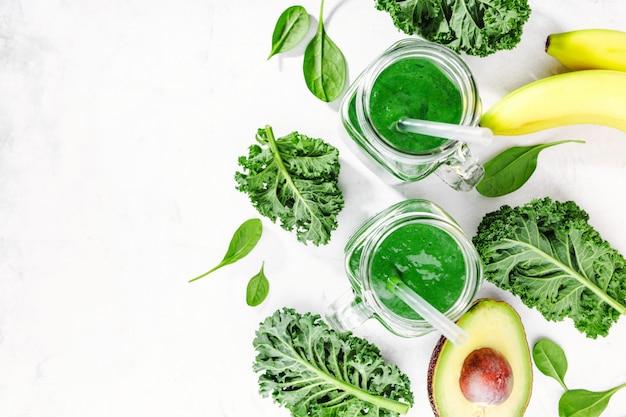 Świeży robić zielony smoothie w butelce