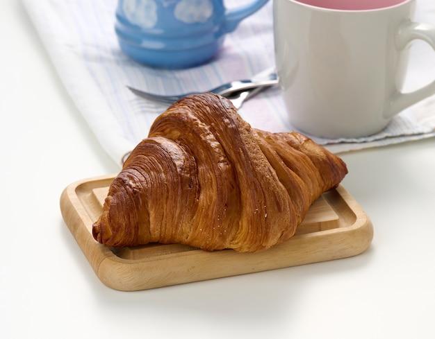 Świeży rogalik na białym tle, śniadanie