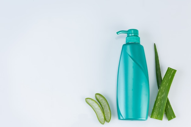 Świeży rżnięty aloes vera opuszcza na biel ścianie. stosowanie olejków eterycznych z aloesu z naturalnego wykorzystania materiałów w urodzie.