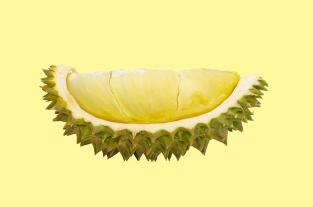 Świeży rżnięty durian który jest królewiątkiem owoc od tajlandia odizolowywał na żółtym tle z przestrzenią dla teksta.