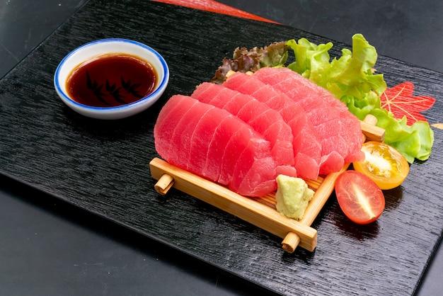 Świeży Sashimi Z Tuńczyka Z Sosem Sojowym Premium Zdjęcia