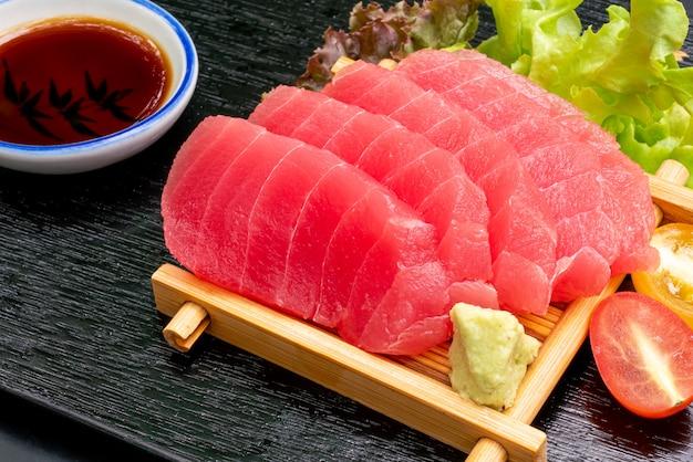 Świeży sashimi z tuńczyka z sosem sojowym