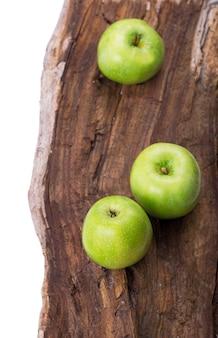 Świeży sezon zielone jabłka na vintage drewniane tła
