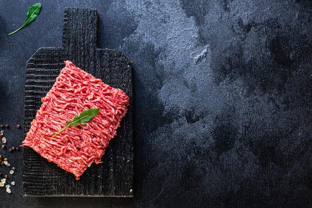 Świeży składnik mielonego mięsa młynek na stole