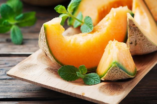 Świeży słodki pomarańczowy melon na drewnianym stole
