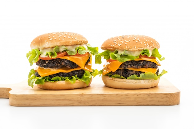 Świeży smaczny burger na białym tle