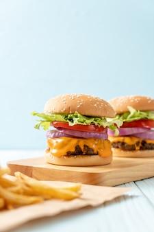 Świeży smaczny burger wołowy z serem i frytkami
