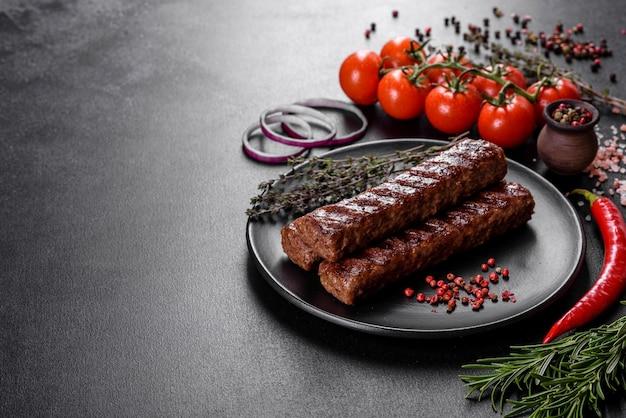 Świeży smaczny kebab grillowany z przyprawami i ziołami