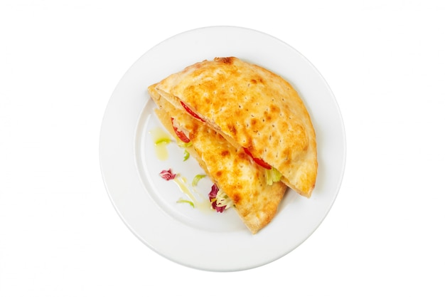 Świeży smażący omlet na białym talerzu odizolowywającym na bielu