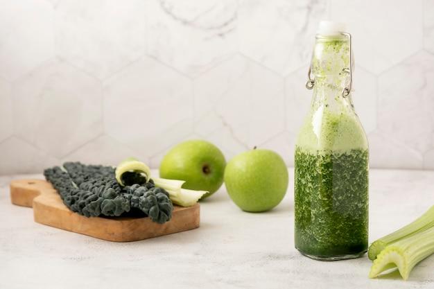 Świeży smoothie z zielonymi owocami i warzywami. detox, czyste jedzenie