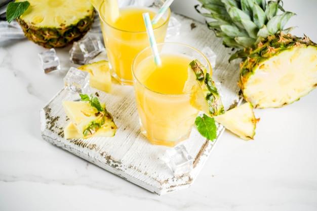 Świeży sok ananasowy lub koktajl