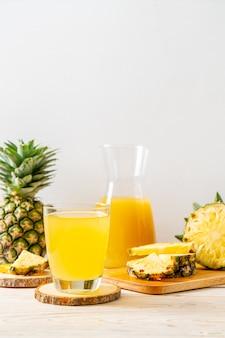 Świeży sok ananasowy na drewnianym stole
