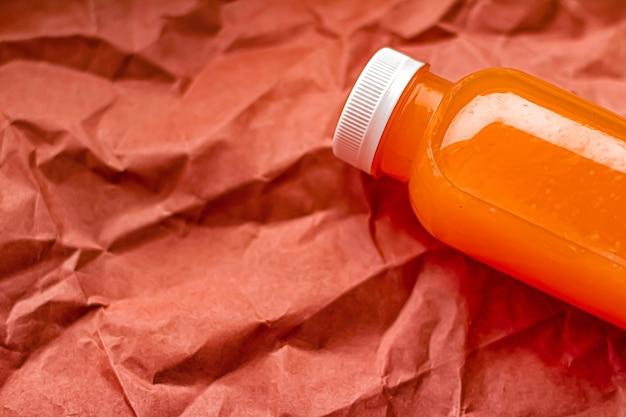 Świeży sok grejpfrutowy w ekologicznej, nadającej się do recyklingu plastikowej butelce i opakowaniu zdrowego napoju i żywności...