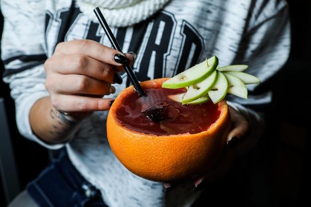 Świeży sok owocowy podawany ze skórką pomarańczy