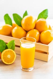 Świeży sok pomarańczowy do picia w szklance