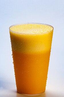 Świeży sok pomarańczowy i lody - zdrowy napój na białym tle.