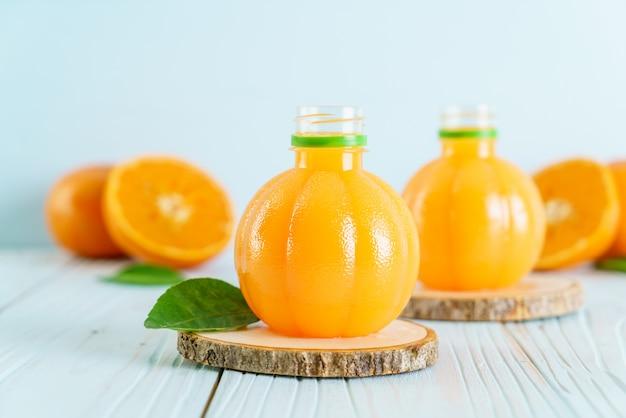Świeży sok pomarańczowy na drewnianym tle