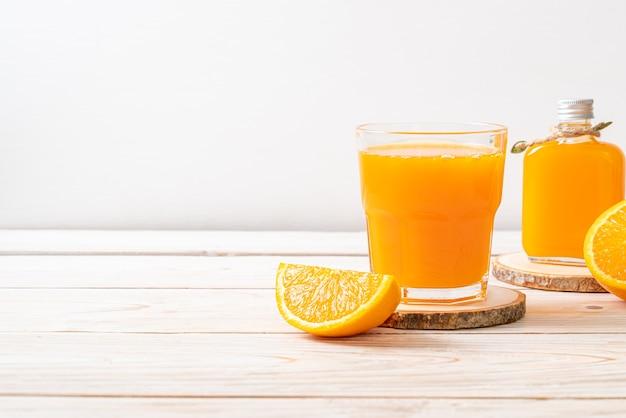 Świeży sok pomarańczowy szkło na tle drewna