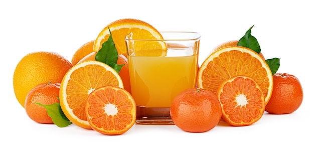 Świeży sok pomarańczowy w szkle na białym tle