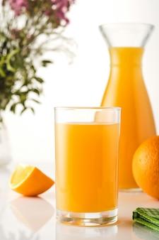 Świeży sok pomarańczowy wyciskany ze świeżymi owocami.