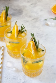 Świeży sok pomarańczowy z lodem