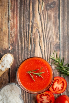 Świeży sok pomidorowy gotowy do podania