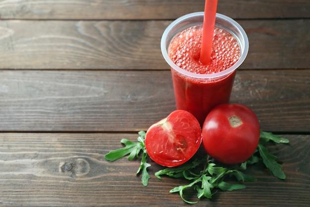 Świeży sok pomidorowy na drewnianym stole