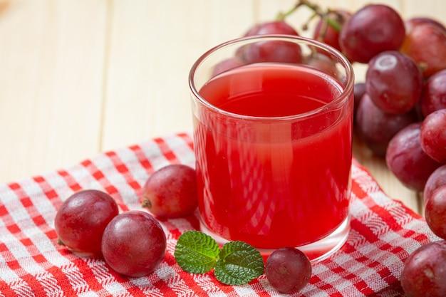 Świeży sok winogronowy na powierzchni drewnianych.