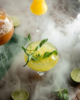 Świeży sok z cytryny z kruszonym lodem